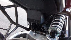 A suspensão traseira é composta por um amortecedor com retorno ajustável em 13 níveis e pré-carga da mola ajustável em sete níveis