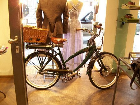 Bike elétrica exposta numa loja de roupas em Munique, Alemanha
