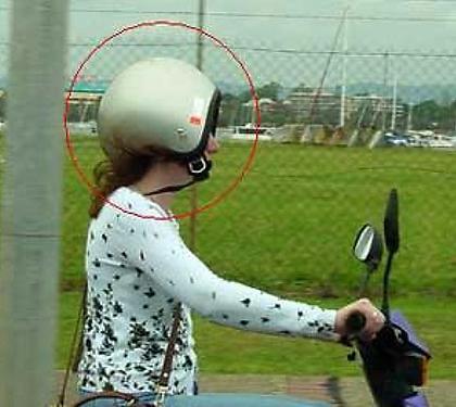 Esta pelo menos colocou o capacete.... errado, mas conseguiu fechar a cinta jugular