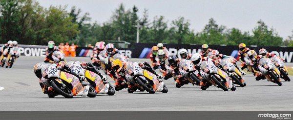 Karel Hanika afastou Livio Loi da liderança na última das 14 voltas da Corrida 1 da Red Bull MotoGP Rookies Cup em Brno.