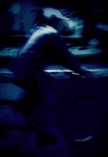 Ciclista completamente invisível à noite