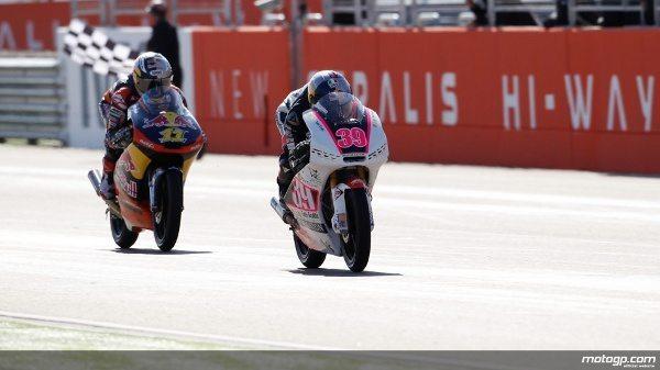 Luis Salom, da RW Racing, assinou a segunda vitória da época na emocionante corrida de Moto3™ no Grande Prémio Iveco de Aragão, à frente de Sandro Cortese e Jonas Folger.