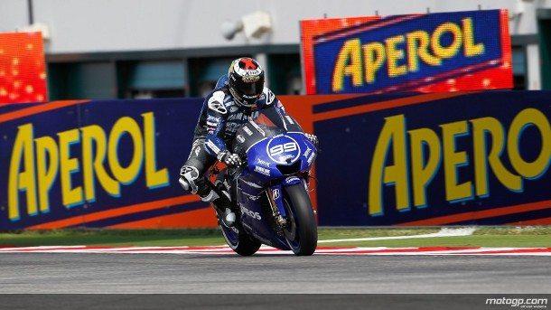 Jorge Lorenzo, da Yamaha Factory Racing, disparou para a vitória em dramática corrida no Grande Prémio Aperol de São Marino e da Riviera de Rimini deste fim-de-semana, à frente de Valentino Rossi e Álvaro Bautista.