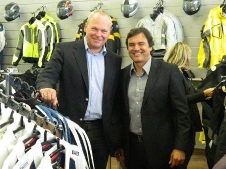 Presidente mundial da BMW Motorrad, Stephan Schaller (esqu), em visita à concessionária da marca em Santo André (SP)