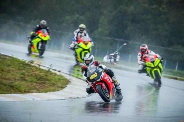 Prova da primeira baterias do GP Gaúcho de Motovelocidade, realizada sob chuva