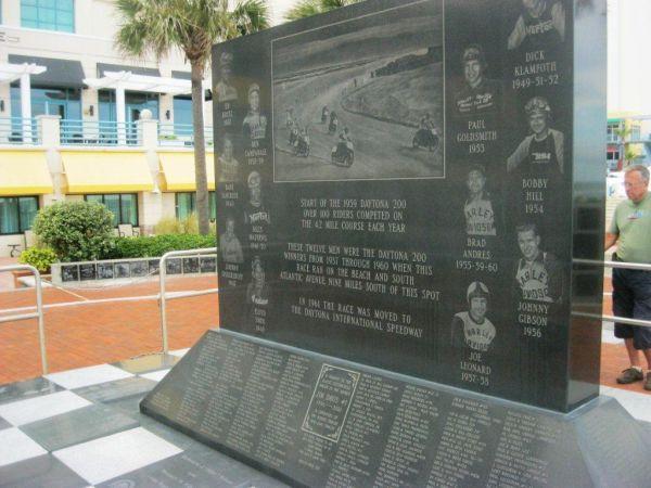 No ponto central de Daytona, próximo à praia, há esse painel que registra o nome de todos os pilotos de moto que já correram no Autódromo/motódromo de Daytona