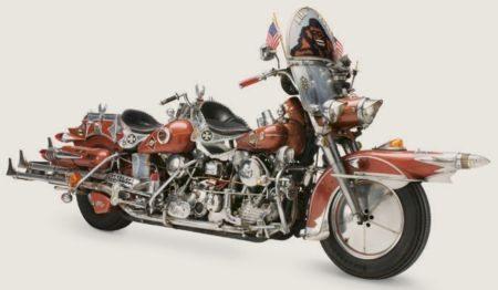 """Há quem diga que a compulsão dos americanos pela customização nasceu com as primeiras Harleys. Este exemplo que é conhecido como """"King Kong"""" foi criado por Felix Predko conta com dois motores em linha e inclui quatro escapamentos """"rabo de peixe"""", além de muitos outros detalhes decorativos"""