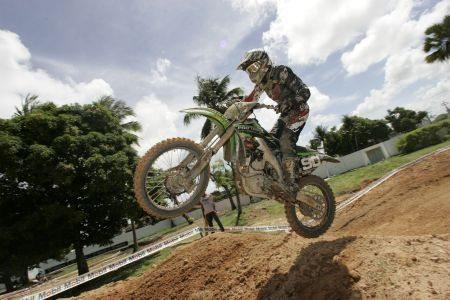 Em fase final de recuperação, Gustavo Henn volta a treinar com moto