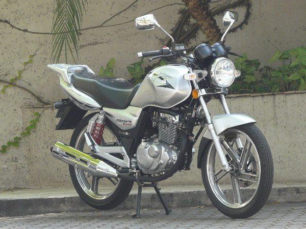 A GSR150i é uma moto justa: bem acabada, cheia de brilho e econômica