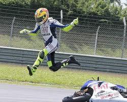 Valentino voador não tem asas mas ele tenta ao ser lançado para o ar