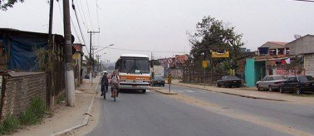 Ciclistas escondidos pelo ônibus; quem vem atrás não vê nada