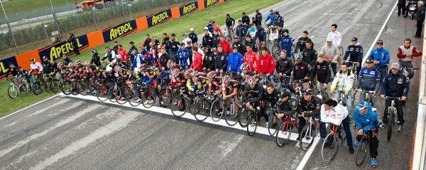 Todos os integrantes das equipes da MotoGP homenagearam Simoncelli