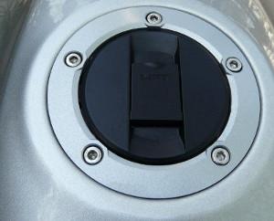 ...tampa do tanque: itens que demonstram o cuidado da marca com o bom acabamento no modelo