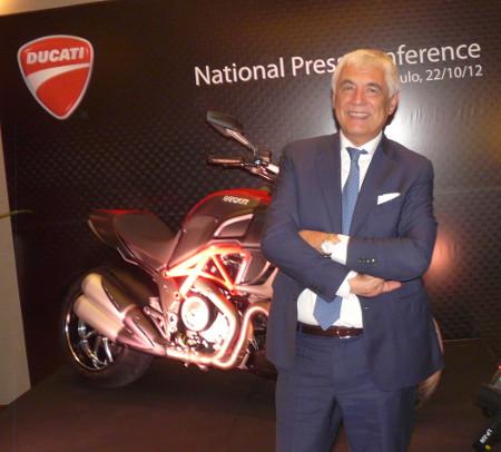 """O entusiasmado presidente da Ducati, Gabrielle Del Torquio, faz pose na frente da primeira Ducati """"brasileira"""""""
