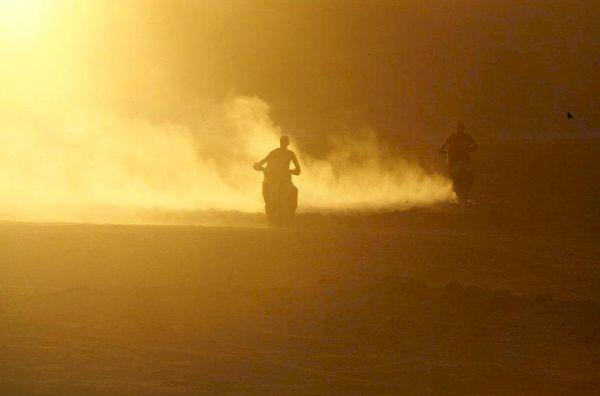 As motos quase somem na constante poeira