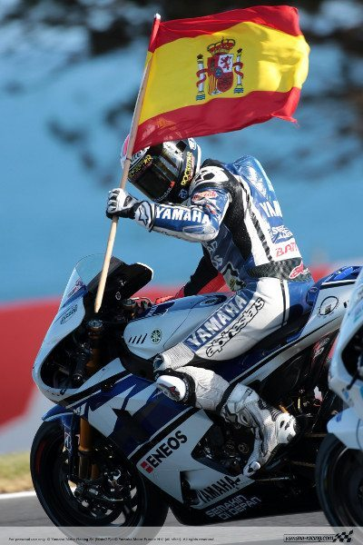 Lorenzo desfila com a bandeira espanhola na pista de Phillip Island, na Austrália: regularidade vence campeonato