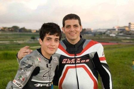 Lucas Barros, ao lado do seu pai Alex Barros, comemora sua primeira vitória na GP Light da Moto 1000 GP