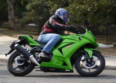 Kawasaki Ninja 250 R - Dois cilindros, 33 CV a 11.000 rpm e 152 Kg