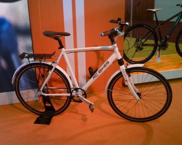 RC Bike: desenho clássico de transporte com suspensão dentro do tubo de direção, exatamente como nas sofisticadas Cannondale