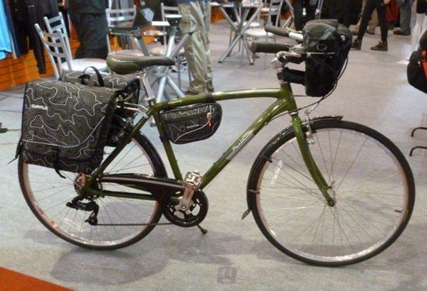 Bicicleta com alforge e bolsa dianteira da Curtlo, quase essencial para quem quer se transportar chique para o trabalho