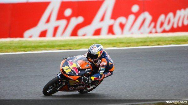 Sandro Cortese, da Red Bull KTM Ajo, bateu Jonas Folger e Efrén Vázquez e conquistou a pole position para o AirAisia Grande Prémio da Austrália na qualificação de Moto3™ desta tarde em Phillip Island marcada por chuva ligeira no final da sessão.