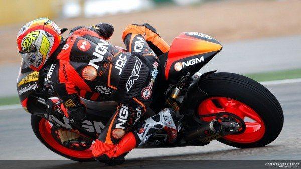 Alex de Angelis, da NGM Forward Mobile Racing, assinou a primeira vitória da época de Moto2™ na muito dramática e absolutamente molhada corrida do Grande Prémio de Motociclismo da Malásia, à frente de Anthony West e Gino Rea.