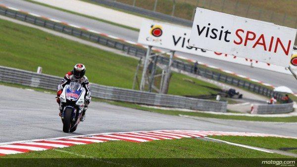 Jorge Lorenzo, da Yamaha Factory Racing, disparou para novo recorde da pole na muito disputada sessão de qualificação do Grande Prémio de Motociclismo da Malásia, à frente de Dani Pedrosa e Andrea Iannone.