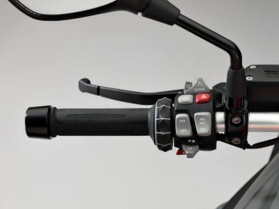No punho esquerdo há essa roda estriada que permite selecionar opções - sem tirar a mão do guidão