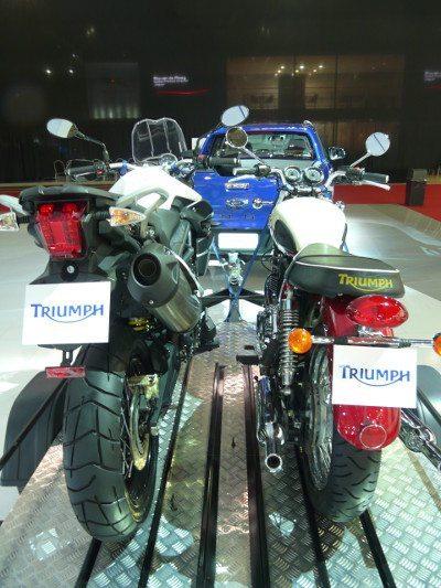 """A Tiger e a Boneville """"amarradas"""" na carretinha e atreladas à picape Ranger no estande da Ford"""