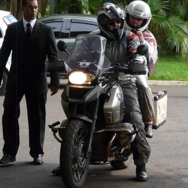 Cena comum na quinta-feira, 1/11: casal chega na moto depois de mais de 1000 km de estrada e o atônito recepcionista do estacionamento sem saber o que fazer