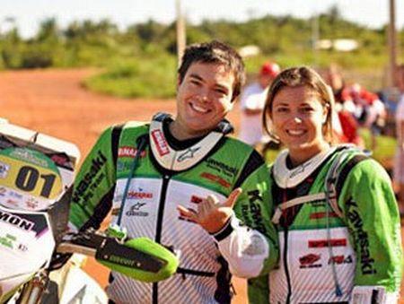 Moara Sacilotti (ao lado do seu irmão Ramon), é campeã brasileira de Rally Cross Country