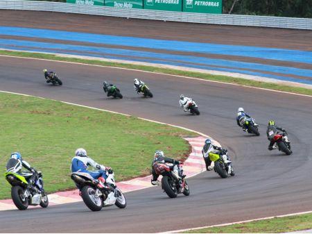 Pilotos iniciantes estão isentos de taxa de inscrição na última etapa do Moto 1000 GP de 2012; e ainda ganham gasolina e lubrificante