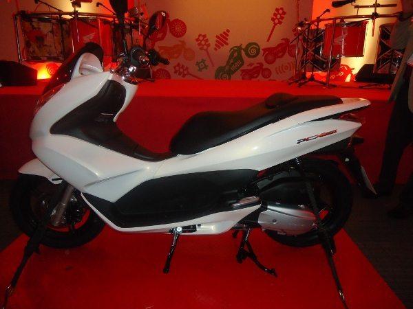 PCX - Scooter de 150 cc com cambio automático CVT e sistema especial para economia de combustível