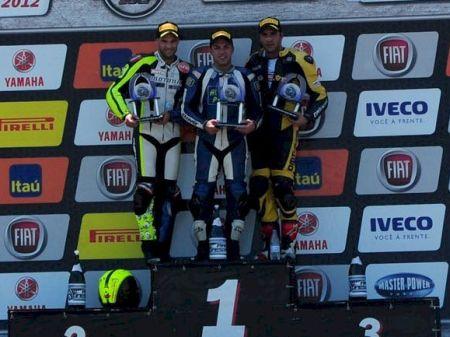 Marco Brunheroto (ao centro) vencedor da prova mas desclassificado por irregularidade técnica