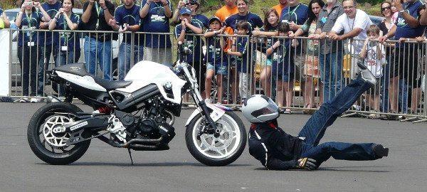 No fim, uma cambalhota sobre a moto: ela cai, mas a moto não