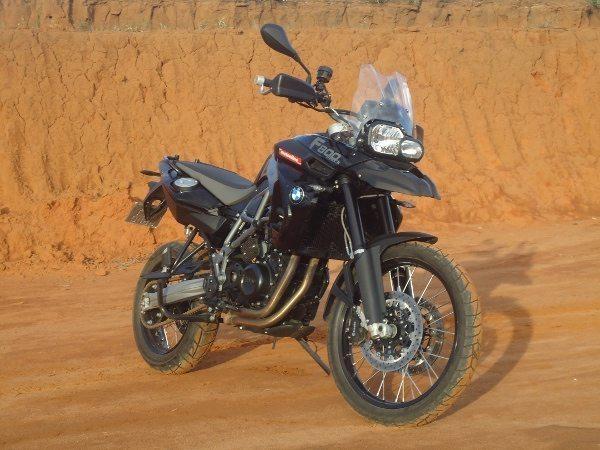 BMW F 800 GS: estilo próprio em tons de cinza sobre preto