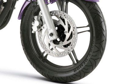 Freio forte e sensível da Yamaha YS 250 Fazer pede uma mão treinada, mas é extremamente eficiente