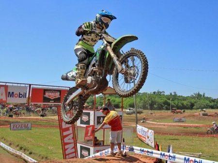 Maiara Basso dando show no motocross gaúcho