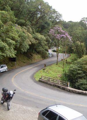 A estrada mescla piso asfaltado e os originais paralelepípedos da época da sua construção
