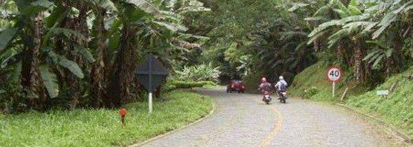 A foto foi tirada numa segunda-feira, mas nos finais de semana é grande a concentração de motociclistas que optam por simplemente descer e subir a Estrada da Graciosa