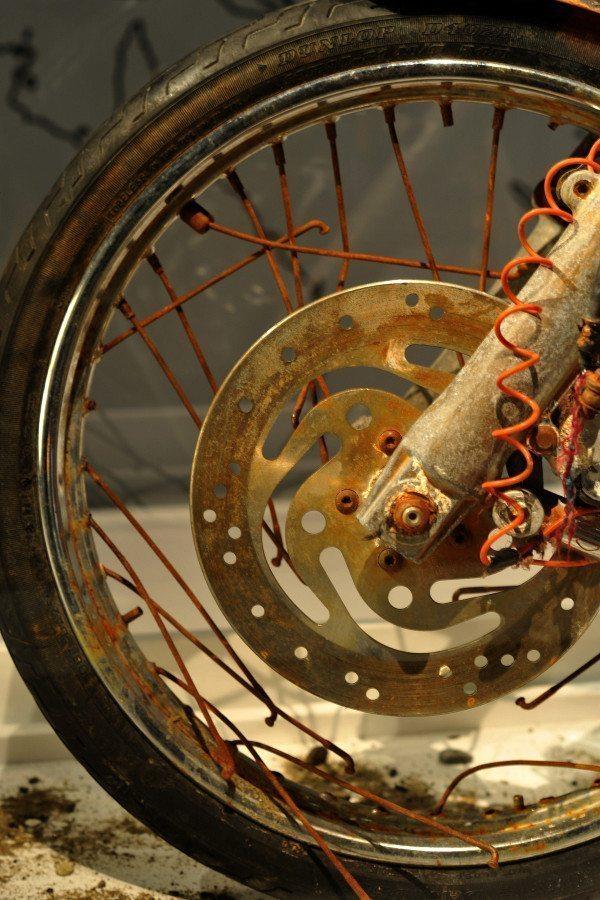 Detalhe da roda dianteira da moto