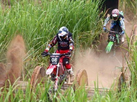 A foto mostra o nível de dificuldade que os obstáculos impuseram aos competidores