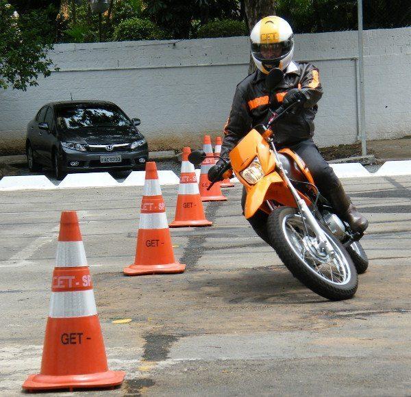 Instrutor mostra treinamento de slalom: expectativa de treinar 20 mil motociclistas em 2013