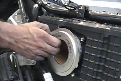 O filtro de ar da CB 300 é de papel viscoso - deve ser substituído sempre que ficar contaminado