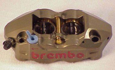 A pinça de fixação radial tem os parafusos paralelos à face do disco