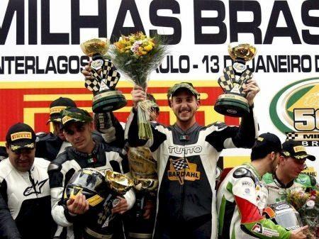 Equipe PRT Bardhal comemora a vitória na 500 Milhas Brasil de Motovelocidade