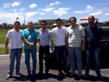 Pilotos e representantes do GDF na vistoria do autódromo