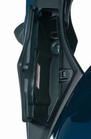 Na Bandit S há a conveniência de dois porta luvas, um de cada lado da carenagem frontal