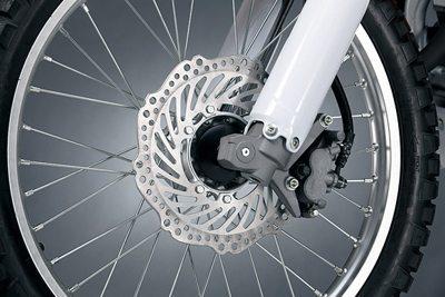 Freios a disco nas duas rodas são leves e potentes, próprios para o off-road