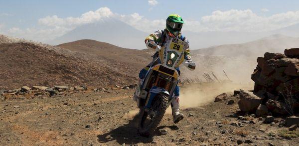 Jean Azevedo com sua KTM 450, buscando posições no Rally Dakar